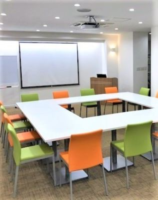 会議形式 自由にレイアウト変更が可能です!  - 夢・あいホール セミナー、勉強会、個展等の室内の写真