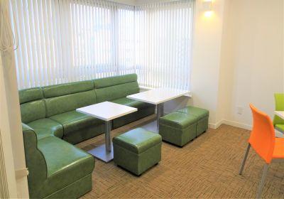 ソファー席 - 夢・あいホール セミナー、勉強会、個展等の室内の写真