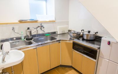 キッチン付きです - レンタルスペースぎゃらり~アニモ 多目的に利用可なレンタルスペースの室内の写真