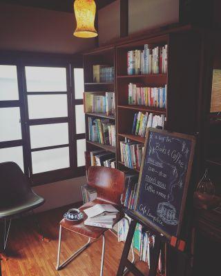 書籍多数。ゆったりと読書をお楽しみいただけます。 - 江ノ島10分古民家喫茶ラムピリカ 喫茶ラムピリカの室内の写真