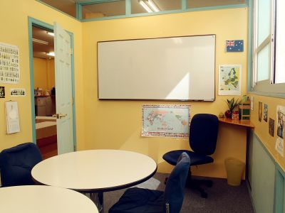 英会話学校ザ・ニュービレッジ Room 2の室内の写真