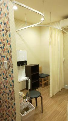 無料の浄水器、着替えコーナー(2階) - レンタルミニスペース フクリズム 1階 多目的スタジオの設備の写真
