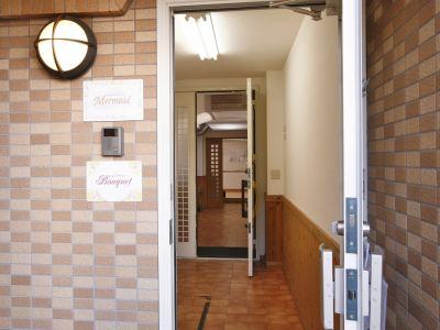 3つの扉を開けてご入室ください。 - レンタルサロン(エステルーム) エステルームの入口の写真