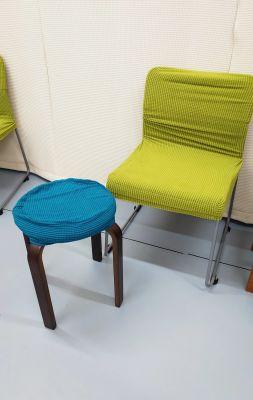 無料備品の椅子、2種 - レンタルミニスペース フクリズム 2階の小部屋の設備の写真
