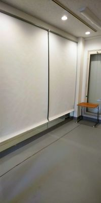 白いロールスクリーンを下げれば鏡をかくせる - レンタルミニスペース フクリズム 1階 多目的スタジオの室内の写真