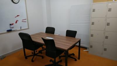 中型テーブルはコンセント差込口有り - 千成ビル203会議室の室内の写真