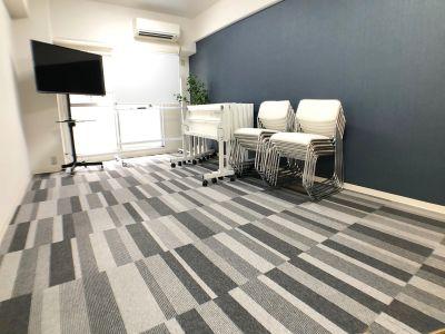床を利用することもできます - お気軽会議室 クレール新大阪  クレール新大阪 会議室の室内の写真