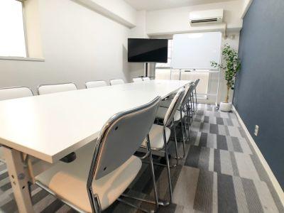 キャスター付きテーブルで楽にレイアウト変更できます - お気軽会議室 クレール新大阪  クレール新大阪 会議室の室内の写真