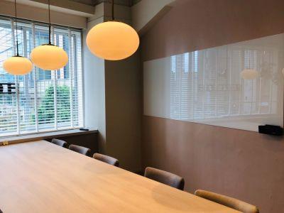 会議室内のガラス製ホワイトボードがご利用になれます。 - HOLDER roppongi  10名会議室の室内の写真