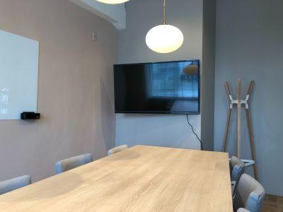 55インチ4Kモニターを完備(HDMI接続可)しています。 - HOLDER roppongi  10名会議室の室内の写真