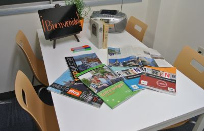 外国語学校アカデミアラティーナ 教室の室内の写真