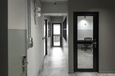 4階の廊下です。左側のお部屋がMeetingRoomとなります。 - HOLDER jingumae6 4階会議室の入口の写真