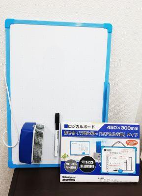 無料備品のホワイトボード(個室内の棚にある) - レンタルミニスペース フクリズム 2階の小部屋の設備の写真
