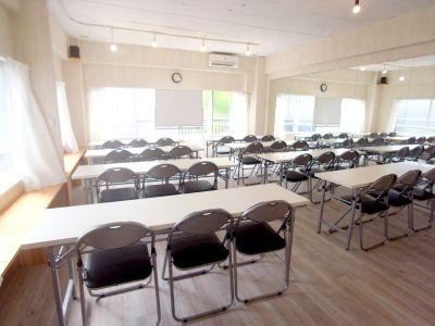 会議・セミナーとしてもご利用可能。机・イスあり。 - KOBE RENT SPACE Aスタジオ(3F)多目的スペースの室内の写真