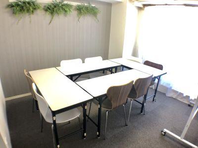 8人でご利用の場合は、クローゼットにテーブルとイスがありますので、出してご利用ください。 - K-Platセンター北 レンタルスペース、貸し会議室の室内の写真