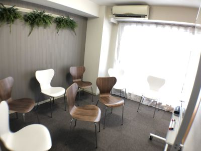 少人数のお話し会などに - K-Platセンター北 レンタルスペース、貸し会議室の室内の写真