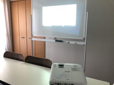 ホワイトボードに投影 - K-Platセンター北 レンタルスペース、貸し会議室の設備の写真