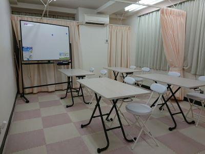 部屋の横利用もでるで、スクリーンは100インチです。 - 健康ひろば-ここから相談.Com レンタルサロン・貸会議・セミナーの室内の写真