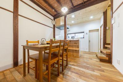 一階:ダイニングキッチン(8帖)。 - 月島長屋 多目的スペースの室内の写真