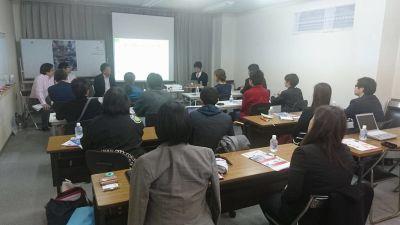 セミナー2名掛け - 貸会議室リヴィング・ラボとくしま JR徳島駅近く、貸し会場、会議室の室内の写真