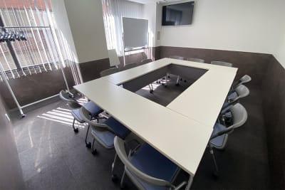 名古屋会議室 名古屋駅前店 第1会議室(12hパック備品付)の室内の写真
