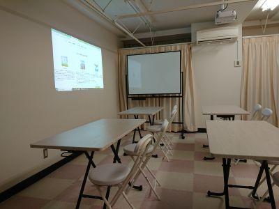 プロジェクター利用例です。 - 健康ひろば-ここから相談.Com レンタルサロン・貸会議・セミナーの室内の写真