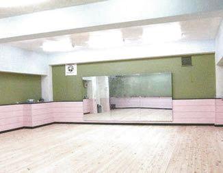 ヒノキの床とゆったりスペース高い天井が魅力です - スタジオ アーマーズピンクドア