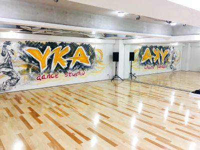 広々としたダンスフロアにカッコいい壁面アートが光り輝くダンススタジオ - YKAダンススタジオ