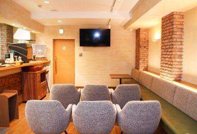 【アクセス抜群】設備が充実したモダンで温かい雰囲気のカフェセミナースペース - 西新橋 貸会議室&電源・WiFiくつろぎカフェ|ロジカフェ