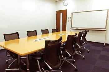 高級感ある大きめの机とゆったりとした椅子で、役員会議や商談に最適です。面接会場としてもご利用頂けます。 - リファレンス博多 駅東ビル貸会議室