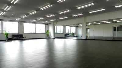10m×10mの広いスタジオ 片面は鏡張りになっております。床にはクッション性の高い素材を使用していますのでダンスなどでも足への負担も少なくお子様も安心してご利用いただけます。 - RTCビル
