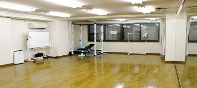 【横浜駅近】ダンスができるレンタルスタジオ/幅5.3m、高さ2mの大型鏡、フローリング/ダンスやバレエに最適なレンタルスペース - レンタルスタジオカベリ横浜1号店