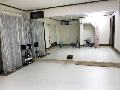少人数のレッスン向き、バレエ用のリノリウム床で脚に優しい - studio tgk