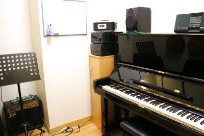 【新宿西口】アップライトピアノスタジオ 楽器練習におすすめ★ - 宮地楽器MUSIC JOY新宿