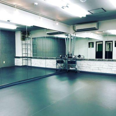 ダンスの練習やレッスンに!!会議用テーブルもありますので、ミーティングや文化系のお教室や懇親会やパーティなど多目的使えます。 - アルファード