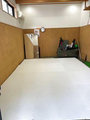 狭いですが、マットが引いてありますので、ヨガなどにお使いいただけます。*大人3人くらいで丁度です - レンタルスペース久米川千野根道場