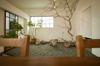 室内の庭が特徴。白バック。いつもと違う場所で撮影を! - Antiquedoor