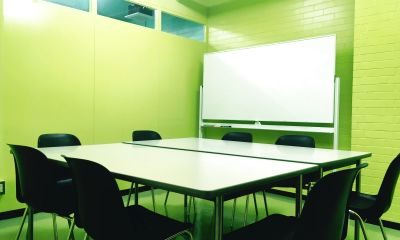 8人までの会議や講習会、グループワーク、各種商談などでの利用にフィットしたミーティングスペースです。 - 所沢ノード シェアスペース