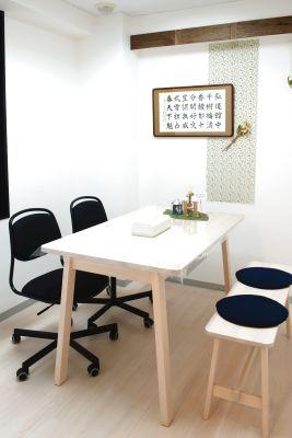 冷暖房完備、窓付の完全個室。オンライン会議、お打ち合わせ、面接、作業・勉強するには最適♪ - SEEDPLACE国立
