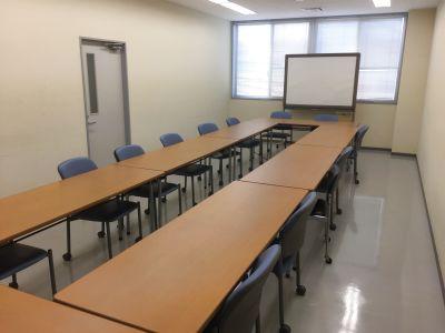 プロジェクター、WHボード完備。会議テーブル8台、椅子16脚、会議、ミーティング、セミナー等に最適。軽食に限り持ち込み可能。 - ㈱千葉イエローハット