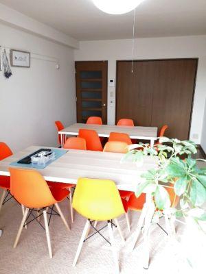 ちょっぴりおしゃれな大人の隠れ家スペース!マンションの8階(最上階)とっても静かです。落ち着いた室内で、普段とは違う雰囲気で、会議、商談やセミナー、面接など幅広くご利用頂けます。また自習室、女子会などにも、どうぞ。無料コーヒーやってます。 - 快適空間フリースペース金山