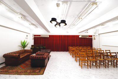 各種展示会や受注会、新作発表会からプライベートパーティ、ワークショップ、セミナーまで様々な用途にご利用頂けるレンタルスペース。60㎡の空間にケントの英国アンティーク家具を自由に配置することで、様々な用途に合わせて空間演出を可能にします。 プロジェクター・音楽プレーヤー完備(有料オプション) - ケントストア