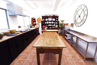 目黒駅から徒歩10分にあるキッチンスタジオ。 ケントならではの英国アンティーク家具で飾り立てられたこの空間ではインテリアを楽しみながら調理できます。料理教室はもちろん、セミナーやワークショップなどイベント全般にご利用いただけます。 - ケントストア