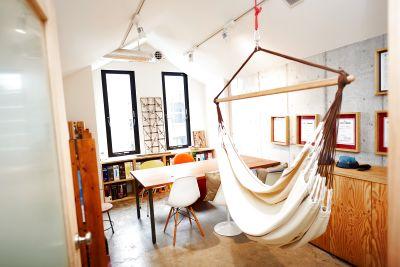 会議室というよりは、物語に出てきそうな三角屋根の可愛いお部屋。ハンモックでまったり癒しの空間に! - ONVO SALON URAWA