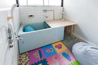 今では珍しくなった、タイルと塗装による床と壁の昭和の浴室です。 おふろ席でまったりとお二人でご利用できるプランです。 - アイビーカフェ府中