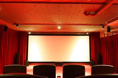 当日予約可、200インチ大型スクリーン/4K映像 本格的なレンタルシアターです。飲食スペース同ビル内にあり - フィルムクラブユートピア南青山