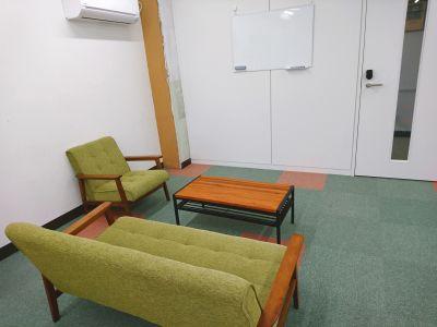 土曜日も利用可能!シェアリングスペースのソファーブース。面談や打ち合わせなどや作業スペースとしておすすめです。 - 綿谷ビル