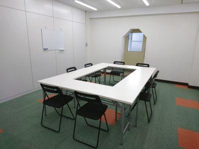 土曜日も利用可能!シェアリングスペースの会議室ブース。会議や打ち合わせなどにおすすめです。 - 綿谷ビル