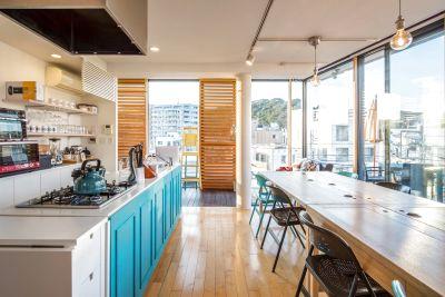 明るいキッチンスペースで料理を作りながら会議もできます。セミナーや女子会にもどうぞ! - 株式会社UNIQUE HOMES