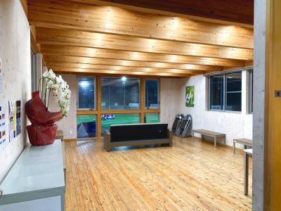 【屋内 多目的フリースペース】木のぬくもりを感じられる多目的スペース。大きな窓で解放感抜群。様々な用途でご利用頂けます。 - カルペソールスポーツパーク